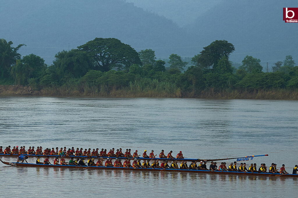 Mekong Boat Racing - waiting to start